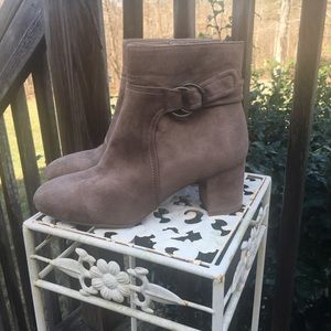 White Mountain Light Brown Suede Boots • Women's size 7.5